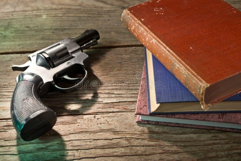 书和手枪 库存图片
