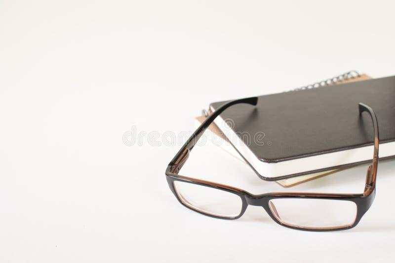 书和玻璃,白色背景 免版税库存图片