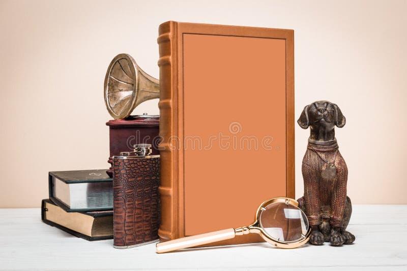 书和装饰在葡萄酒样式 免版税库存图片