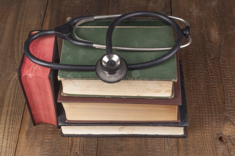 书和黑听诊器 免版税库存照片