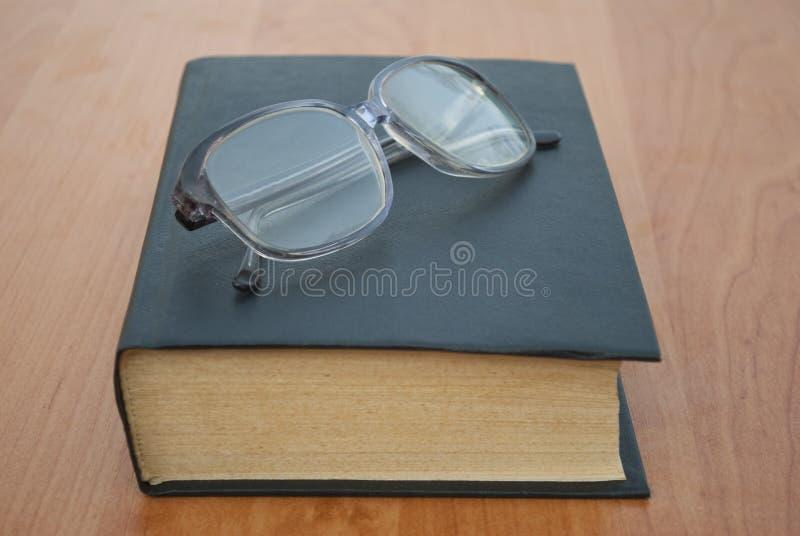 书和玻璃。 免版税库存照片