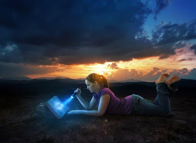 读书圣经在晚上 库存照片