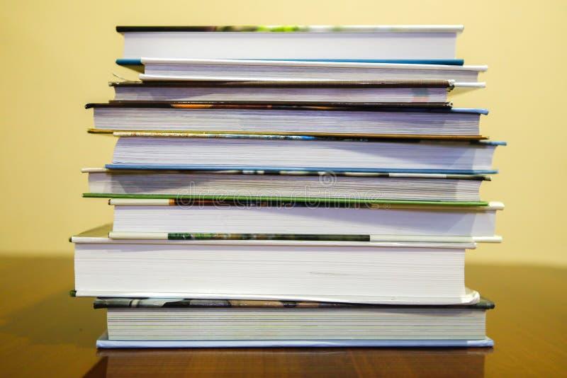 书在桌上说谎在彼此顶部+透明背景png 免版税库存照片