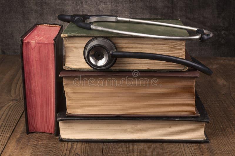 书堆和听诊器 免版税库存照片