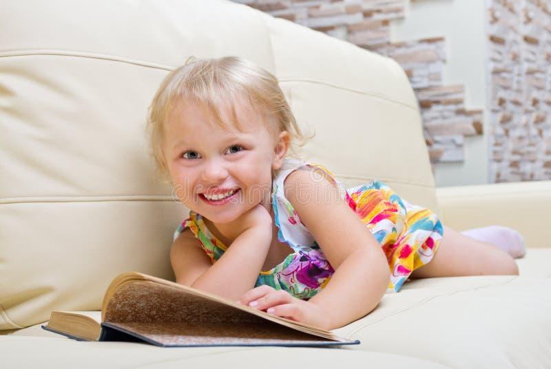 书女孩一点 免版税库存照片