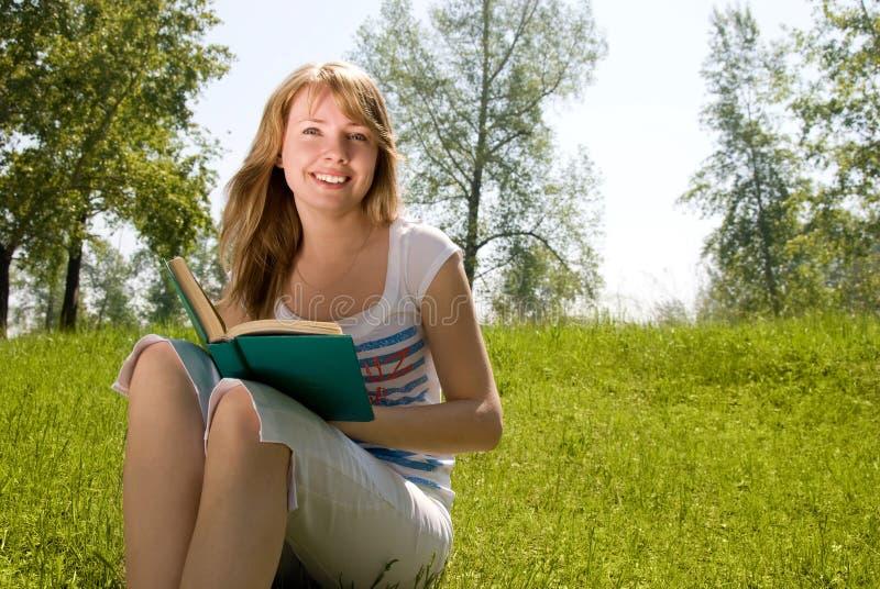 书女孩公园读取 库存照片