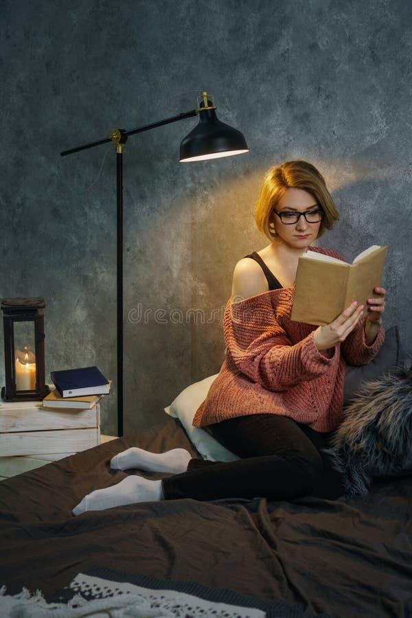 书女孩玻璃读 库存图片