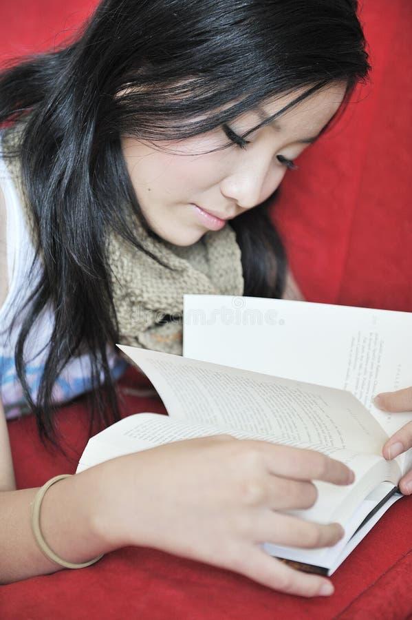 书女孩读取 库存照片