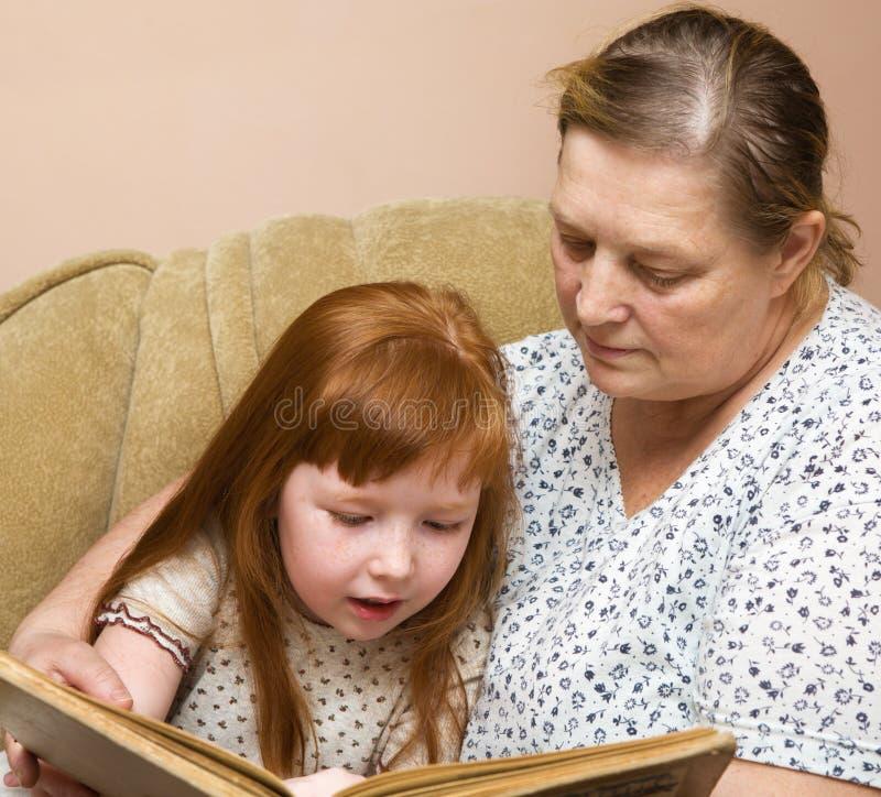 书孙女祖母读了 库存照片