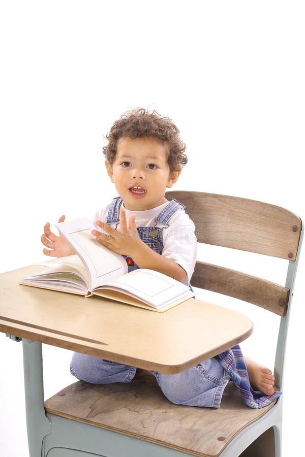 书愉快的读取小孩 免版税库存照片