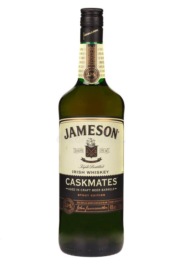 读书摩尔多瓦2016年4月7日 在白色背景隔绝的詹姆森威士忌酒 詹姆森是虹膜生产的被混和的爱尔兰威士忌酒 库存图片