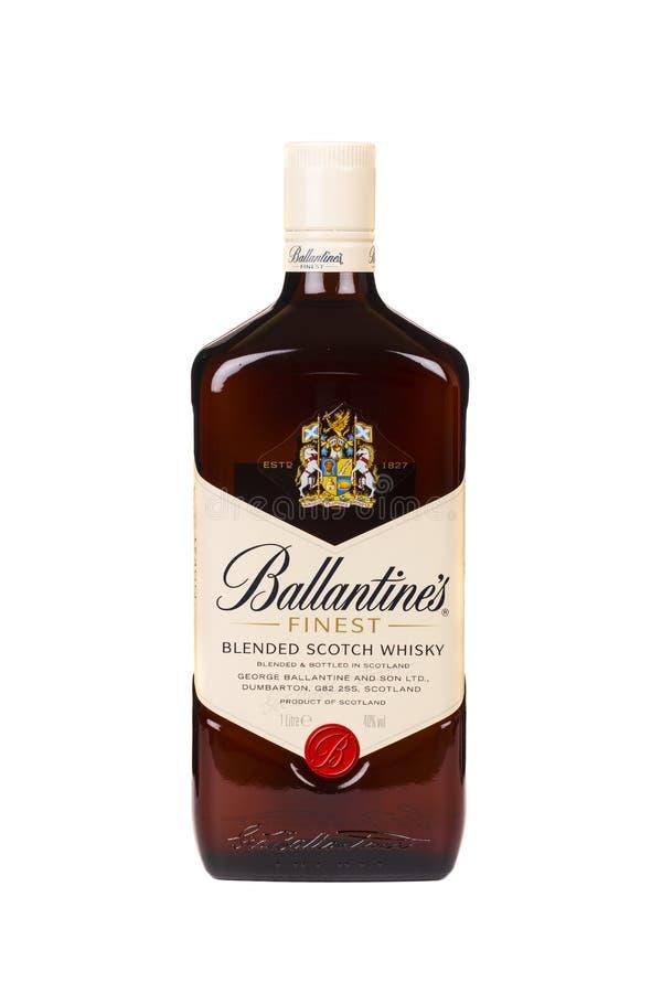 读书摩尔多瓦2016年4月7日 在白色背景隔绝的Ballantines威士忌酒 Ballantines是被混和的苏格兰威士忌酒被生产的刺 免版税库存图片