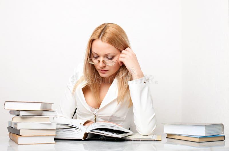 书本知识俏丽的表妇女年轻人 免版税库存图片