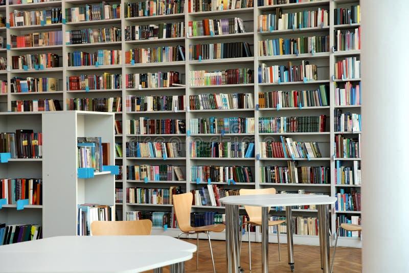 书架和桌看法  免版税图库摄影