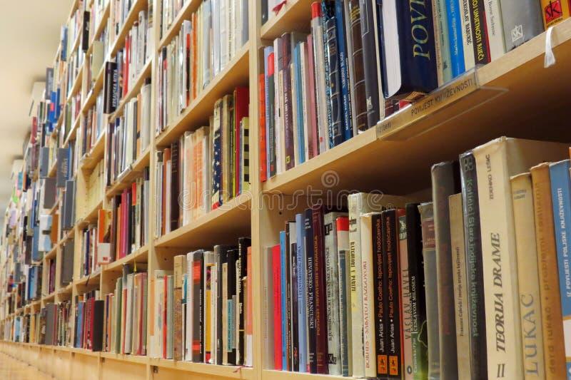 书架在图书馆里 库存图片
