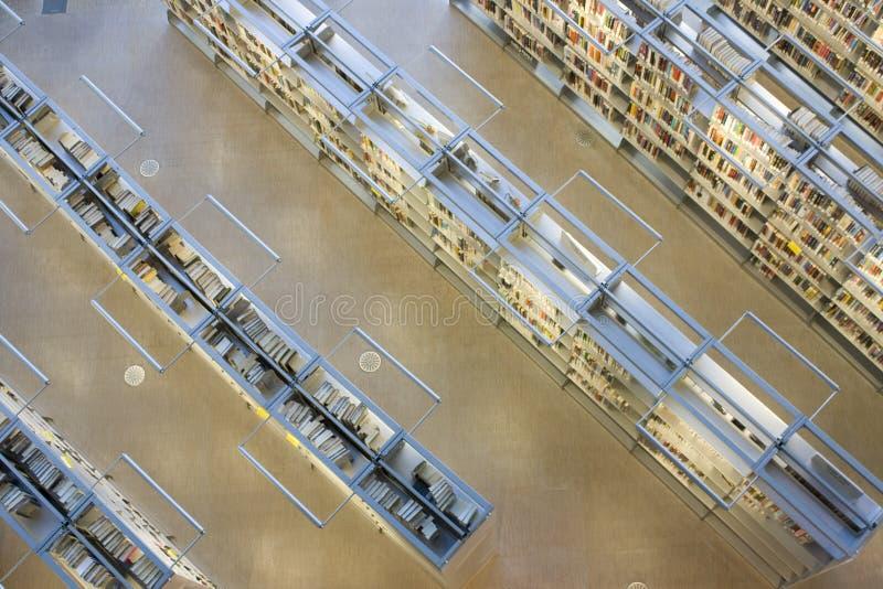 书架在图书馆里 库存照片