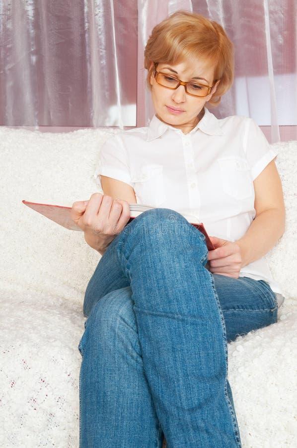 书架妇女年轻人 免版税库存图片