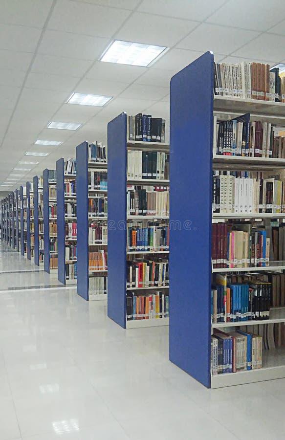 书架看法在图书馆的 库存图片