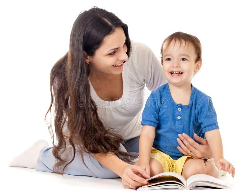 书查出的母亲读取儿子一起 库存照片