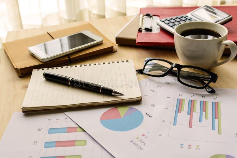 书桌办公室企业财务会计计算 免版税库存图片