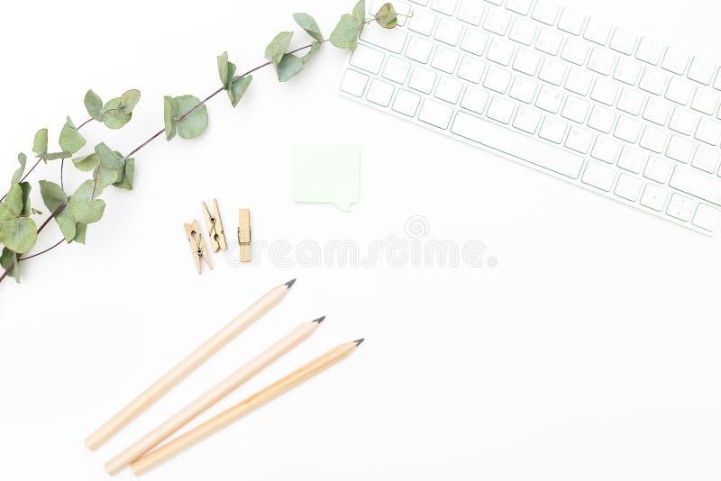书桌和办公用品在白色背景 斯堪的纳维亚猪圈 免版税库存照片