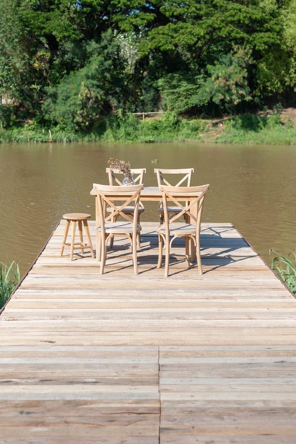 书桌和椅子在长的木桥 库存照片