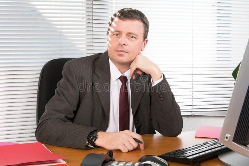 书桌的商人经理有计算机的 免版税库存图片