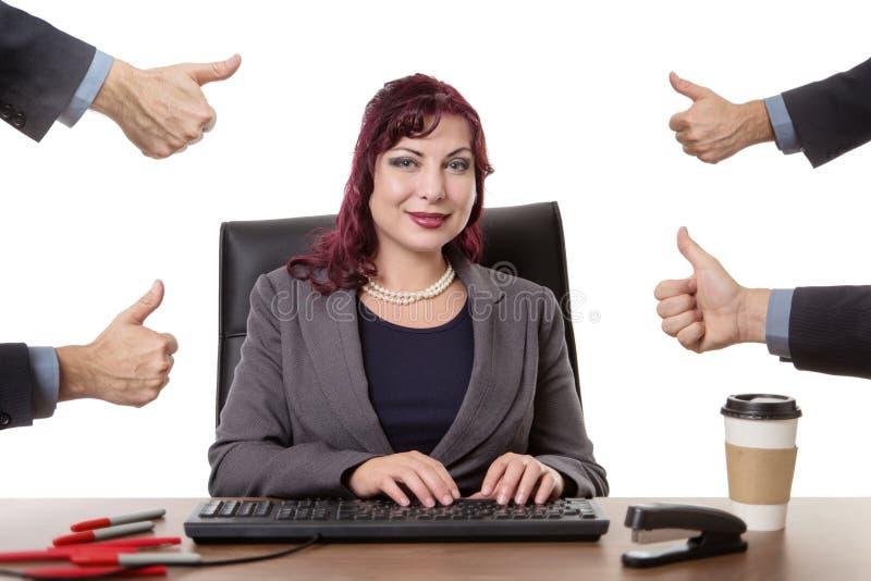 书桌的职业妇女 免版税库存图片