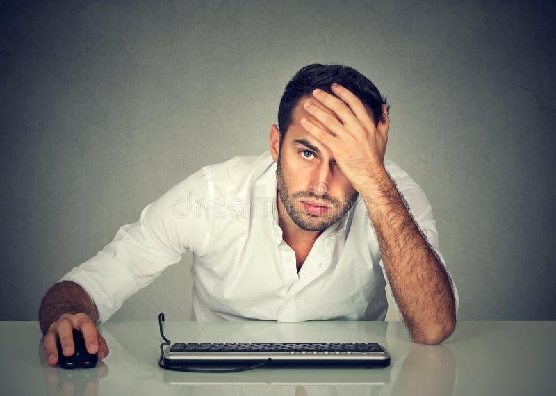 书桌的绝望人公司雇员 免版税库存照片