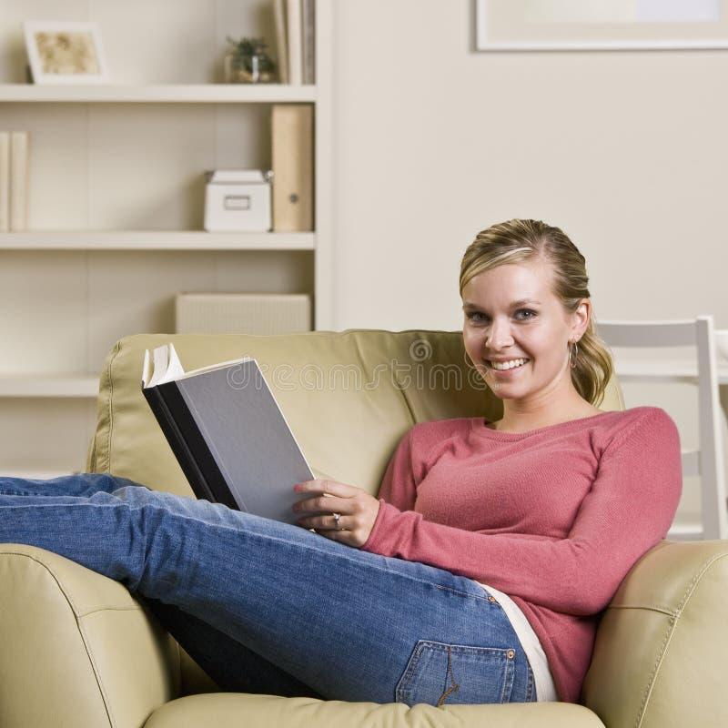 书椅子少年女孩的读取 库存图片