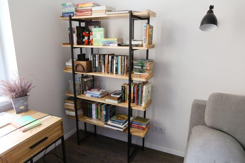书橱在工作或休闲的用装备的办公室在宽敞roo 免版税库存照片
