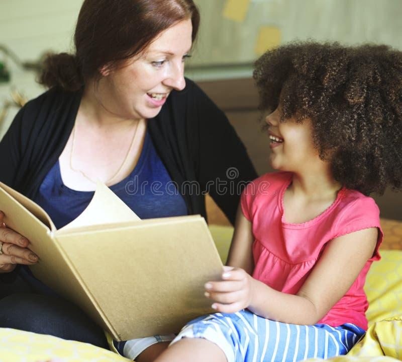 读书母亲女儿读书故事书概念 免版税库存照片