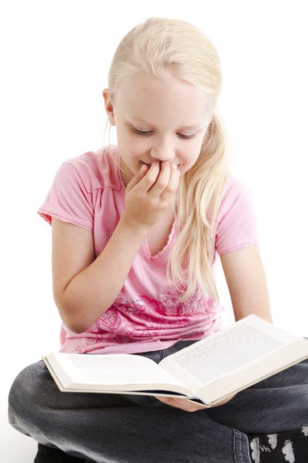 书滑稽的女孩读取年轻人 图库摄影