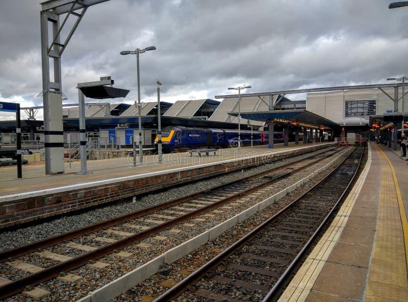 读书火车站平台和火车 库存照片