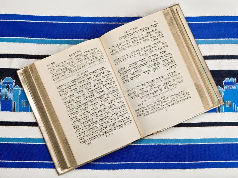 书犹太晨祷披巾siddur tallit 库存照片
