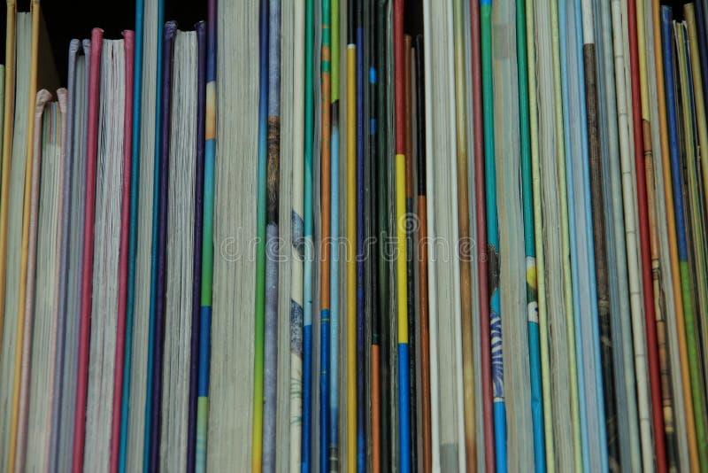 书用不同的颜色在图书馆里 库存图片