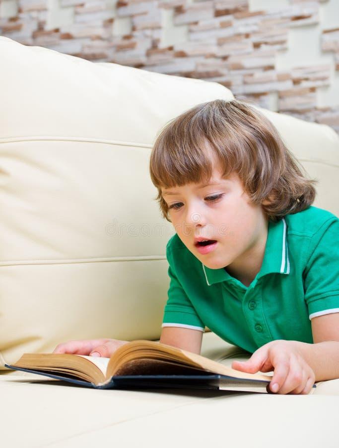 书男孩一点 免版税库存照片