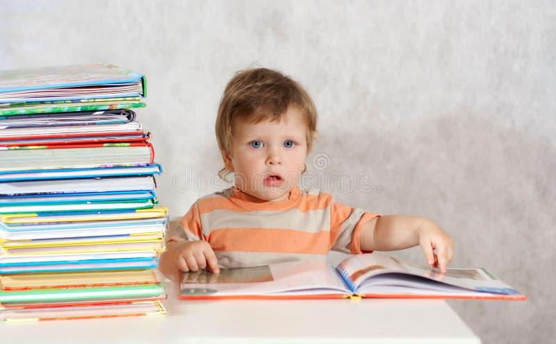 书男孩读取小孩 免版税库存照片