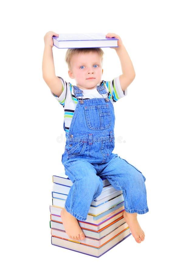 书男孩逗人喜爱的一点读取 免版税图库摄影