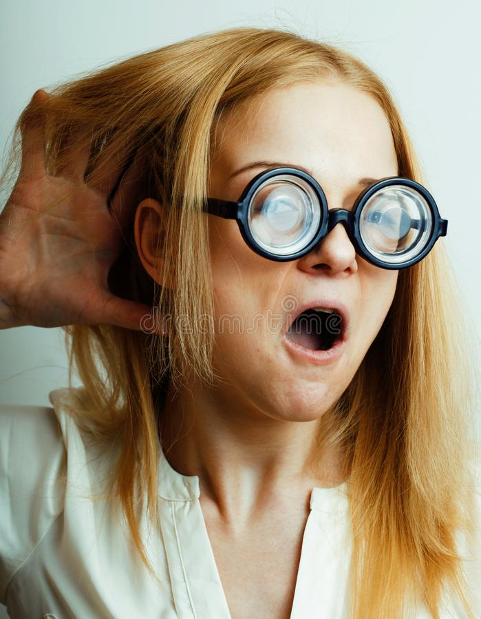 书痴,玻璃的逗人喜爱的年轻女人,金发,少年蠢材 免版税库存照片