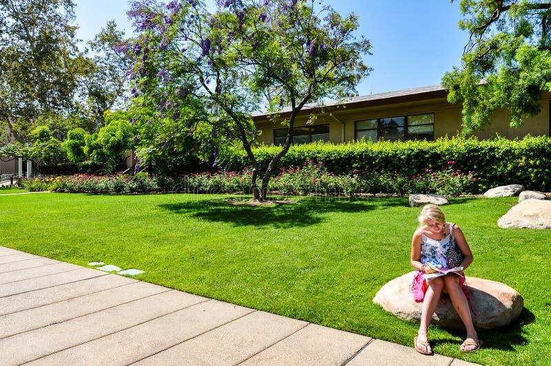 读书的女孩在加利福尼亚理工学院 免版税库存照片