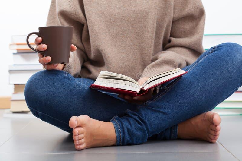 读书的妇女 库存图片