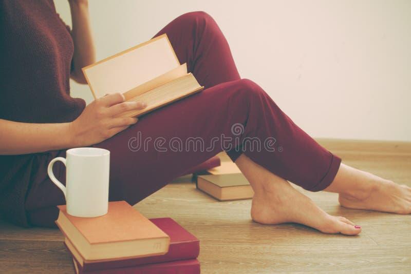 读书的妇女 免版税图库摄影