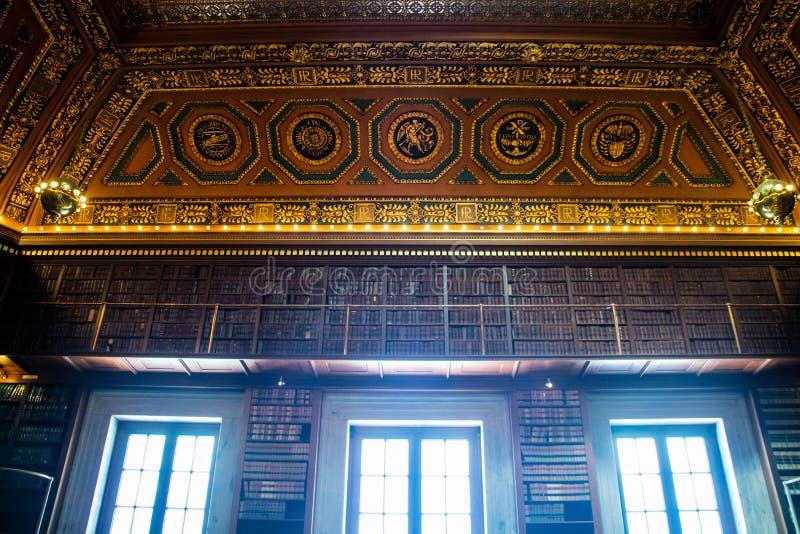 书的巨大的收藏在上帝,罗德岛公立图书馆里  免版税库存照片
