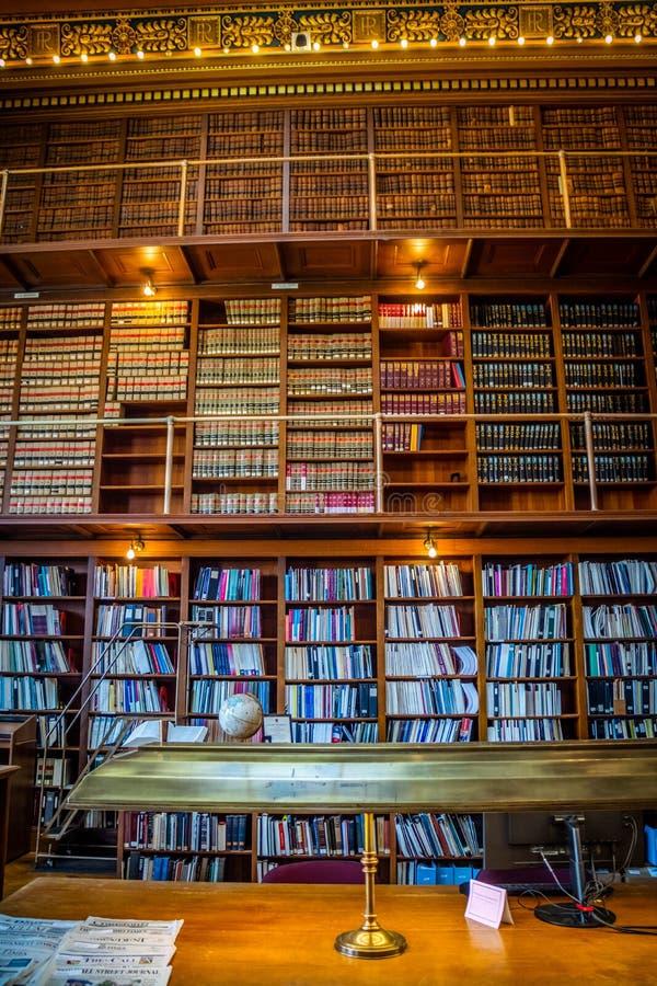 书的巨大的收藏在上帝,罗德岛公立图书馆里  图库摄影