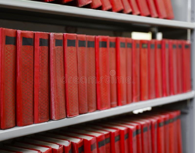 书的汇集在金属架子的 免版税库存照片