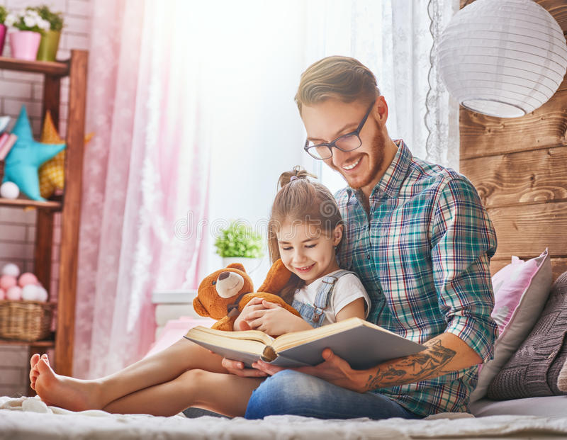 读书的爸爸 免版税库存图片