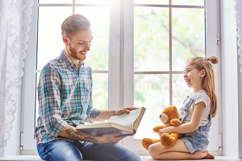 读书的爸爸 免版税库存照片