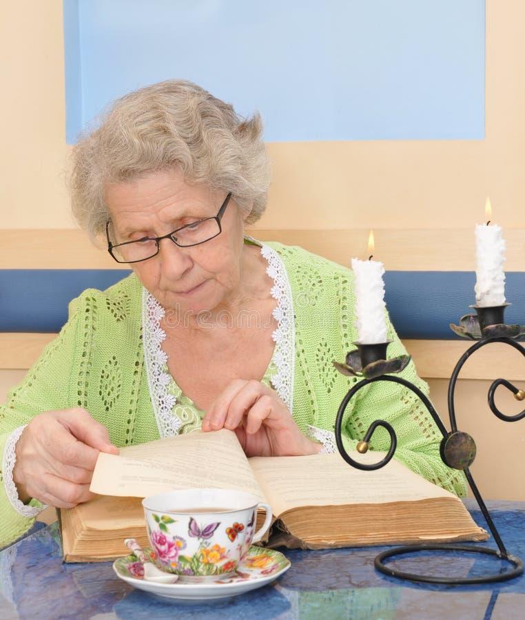 读书的老妇人 免版税图库摄影
