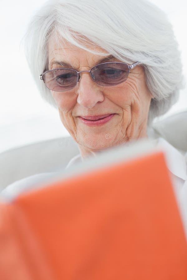 读书的退休的妇女 免版税库存照片